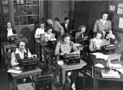 Classroom-scenes_students-with-typewriters